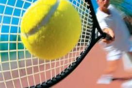 """<p>چهار مسابقه بزرگ جهانی که مجموعاً به گرند اسلم معروف هستند و هر سال برگزار میشوند مهمترین مسابقات این رشته ورزشی هستند؛<br /> • تنیس آزاد آمریکا (US Open)<br /> • تنیس آزاد استرالیا (Australian Open)<br /> • تنیس آزاد فرانسه (Roland Garros)<br /> • تنیس قهرمانی ویمبلدون (Wimbledon)</p> <h2>مقدمه</h2> <p>• مینی تنیس شکل کوچک شده و تطبیق یافته ای از تنیس می باشد که با هدف آشنا نمودن خردسالان و نونهالان و همه علاقه مندان به تنیس و پرورش مهارتهای پایه ای در آنها طراحی شده است. در تمرینات مینی تنیس راکتها و زمینهای کوچکتر ، توپهای نرم تر در مقایسه با انواع معمول مورد استفاده بزرگسالان و همچنین شیوه یادگیری تنیس از طریق بازی کردن مورد استفاده قرار می گیرد.</p> <h3>• نظر فدراسیون جهانی تنیس</h3> <p>• فدراسیون بین المللی تنیس موکدا"""" بر این باور است که ورزش مینی تنیس کم هزینه ترین و موثرترین راه برای گسترش تنیس در سطوح پایه در سرتاسر جهان می باشد. یکی از ویژگیهای مهم مینی تنیس ایجاد امکان کشف استعداد ها (استعداد یابی ) جهت شرکت در برنامه های تکمیلی است. از دیگر خصوصیات ارزنده مینی تنیس امکان تدریس آن در مدارس ابتدایی است چرا که تمرینات آن را می توان در هر محوطه مسطحی نظیر حیاط مدرسه ، سالنهای ورزشی و پارکها برگزار نمود و نیازی به وجود زمین ویژه تنیس نمی باشد. ضمن آنکه وسائل مورد نیاز را نیز می توان با صرف حداقل هزینه تهیه نمود.</p> <h3>• توسعه</h3> <p>• بر همین اساس فدراسیون بین المللی تنیس طرح آموزش مقدماتی تنیس در مدارس را در سال ۱۹۹۶ ارائه نمود و هدف معرفی مینی تنیس به نونهالان دبستانی، پرورش مهارتهای پایه ای این رشته در آنها و در نهایت گزینش افراد مستعد جهت شرکت در برنامه های تکمیلی است. این طرح با همکاری فدراسیون تنیس ، وزارت آموزش و پرورش و شهرداریها در هر کشور و زیر نظر فدراسیون بین المللی تنیس اجرا می شود . تا کنون در ۱۳ کشور آسیایی از جمله کشور جمهوری اسلامی ایران و در مجموع در بیش از ۷۱ کشور در سرتاسر جهان به اجرا در آمده است.</p> <h3>• شیوه های نوین آموزش تنیس برای نونهالان و نوجوانان</h3> <p>• در شیوه های قدیمی ، آموزش بچه ها با تنیس تطبیق داده می شد اما تاکید شیوه های آموزشی مدرن امروز ، به تطبیق تنیس با توانایی های بچه ها ( استفاده از مینی تنیس ، تنیس تطبیقی"""