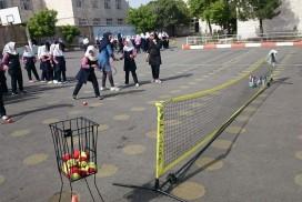 <p>بیش از ۴۰۰ دانش آموز با طرح توسعه جهانی تنیس ( JTI ) در آذربایجان شرقی آشنا شدند.</p> <p>به گزارش روابط عمومی فدراسیون تنیس:  بیش از ۴۰۰ نفر از دانش آموزان مدرسه ابتدایی دانش از ناحیه ۳ آذربایجان شرقی با تنیس و برنامه JTI آشنا شدند.</p> <p>این مدرسه به عنوان کانون آموزش تنیس برای مدارس این ناحیه انتخاب و در طول تابستان با حضور مربی در اختیار دانش آموزان علاقمند خواهد بود.</p>