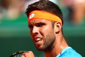 """<p>به گزارش تنیس نیوز و به نقل از اسکای اسپرت ، دیروز در مسابقات ۱۰۰۰ امتیازی مونت کارلو به طرز ناباورانه ای نواک جوکوویچ در مرحله دوم از این رقابت ها از جیری ویزلی شکست خورد و با حذف خود همگان را در شوک فرو برد.</p> <p>ویزلی موفق شد با نتایج ۶-۴ ، ۲-۶ ،۶-۴ در اولین دیدار خود با نواک جوکوویچ ، مرد شماره یک تنیس جهان را در دو ساعت از پیش رو بردارد و جالب است بدانید جوکوویچ با ۲۲ برد متوالی در مسابقات مسترز به زمین آمده بود که آخرین شکست او بر میگردد به ماه آگوست در مسابقات سینسیناتی که مغلوب فدرر گشت.</p> <p>جوکوویچ بعد از بازی گفت:""""این اثبات میکنه که هیچ کس شکست ناپذیر نیست.در طول دوران حرفه ایم بار ها این اتفاق افتاده است و اولین بار نیست.قطعا قبول کردن شکست کار چندان آسانی نیست و لازم است به حریفم تبریک بگویم.او با شجاعت بازی کرد و لایق این برد بود.""""</p> <p>ویزلی نیز اظهار کرد:""""وقتی که به زمین رفتم تفکر کاملا متفاوتی داشتم مثل اینکه میتونم گیمی را بگیرم یا حتی بیشتر.اما اصلا انتظار نداشتم که جوکوویچ را شکست دهم.بنابراین برای من اتفاق باورنکردنی است و امیدوارم این پیروزی به من اعتماد به نفس زیادی بدهد.""""</p> <p>در دیگر بازی های مهم نیز قهرمان ۹ دوره مسابقات اوپن فرانسه یعنی رافائل نادال اسپانیایی موفق شد با نتایج ۶-۳ ، ۶-۳ Aljaz Bedene را شکست دهد و در مرحله بعدی نیز باید با دومینیک تیم جوان به رقابت بپردازد.</p> <p>و راجر فدرر سوییسی نیز بعد از ۶ هفته غیبت به دلیل عمل در ناحیه زانو(مینیسک) در اولین دیدار خود توانست گیلرمو گارسیا لوپز را با نتیج ۶-۳ ،۶-۴ از پیش رو بردارد و به دور بعد صعود کند.</p> <p>منبع: تنیس نیوز</p>"""